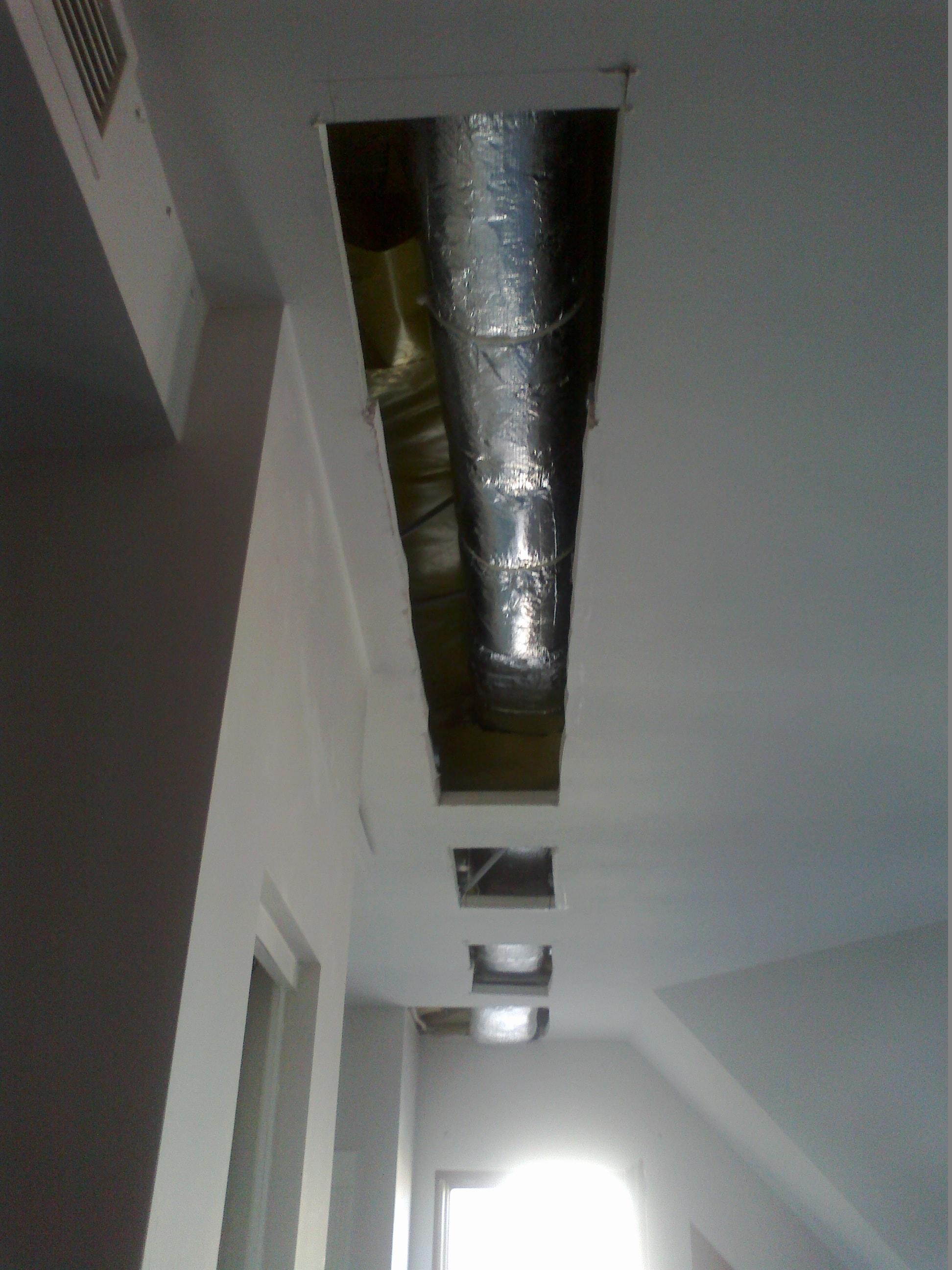 wycięcia w sufitach podwieszanych na montaz kanalow wentylacyjnych